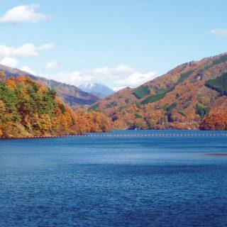 【草木湖】湖を囲む紅葉絵画のような光景美